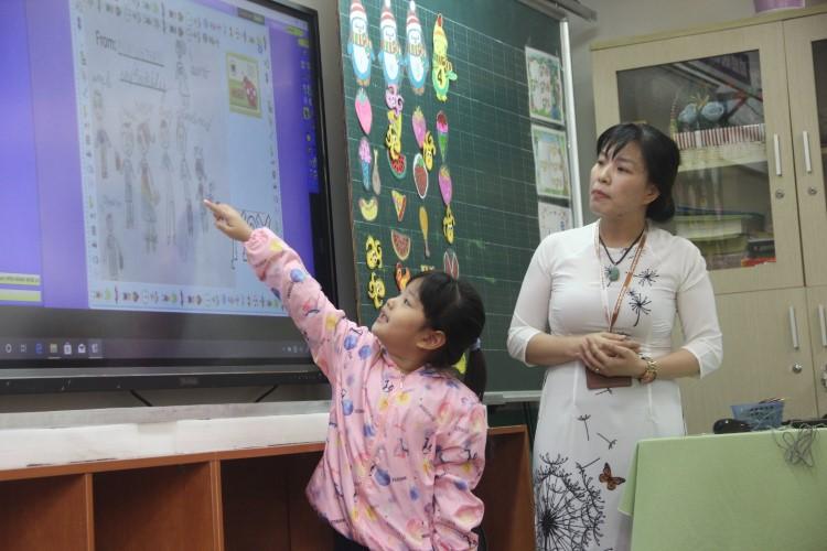 """""""Online hoá giáo dục"""": Chìa khoá giảm tải công việc cho giáo viên"""